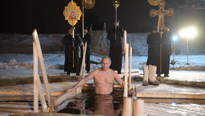 Путин окунулся в прорубь на озере Селигер во время крещенских купаний