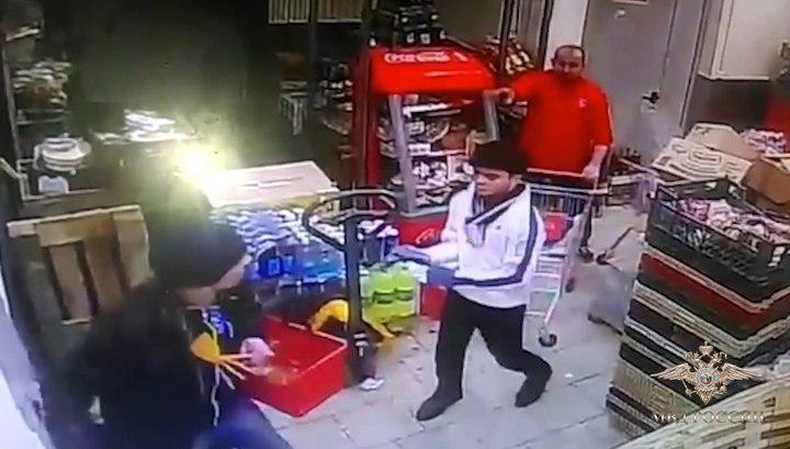 Мигрант устроил бой на тяпках и тележках с охраной супермаркета на востоке Москвы