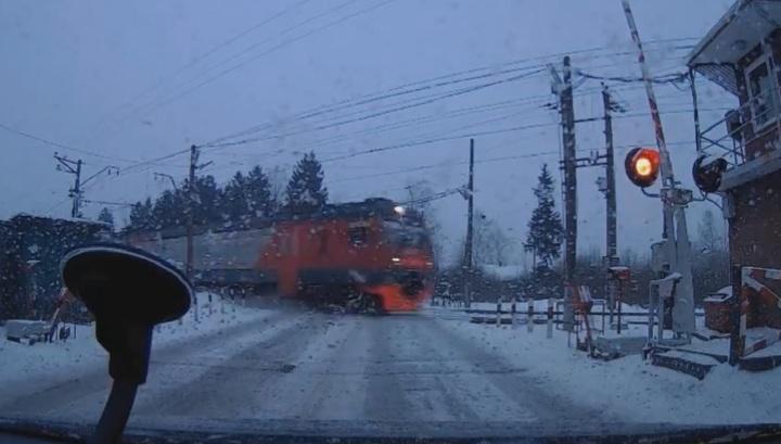 Сбой в работе переезда едва не привел к столкновению с поездом под Петербургом