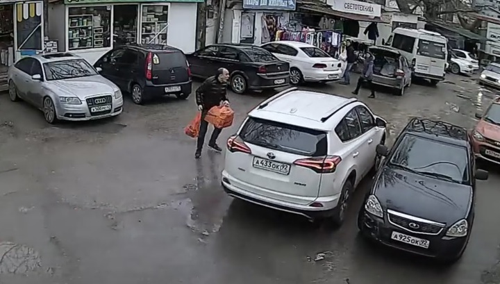 Потерявшая сознание женщина устроила массовое ДТП и едва не сбила пешехода в Крыму