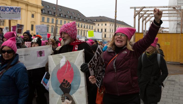По Торонто прошли маршем тысячи женщин