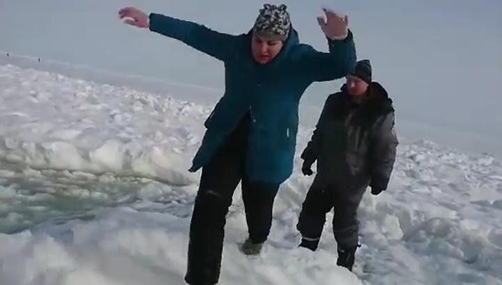Рыбаки экстренно эвакуировались с оторвавшейся льдины на Сахалине. Видео