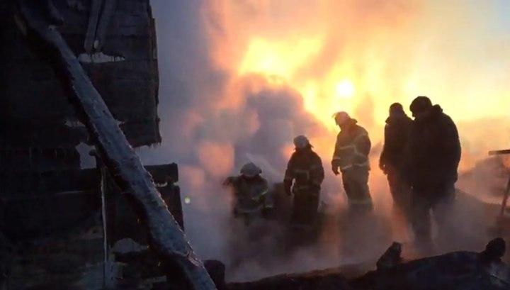 Крупный пожар в частном доме в Омской области России тушили 4 часа: в огне погибли 5 детей