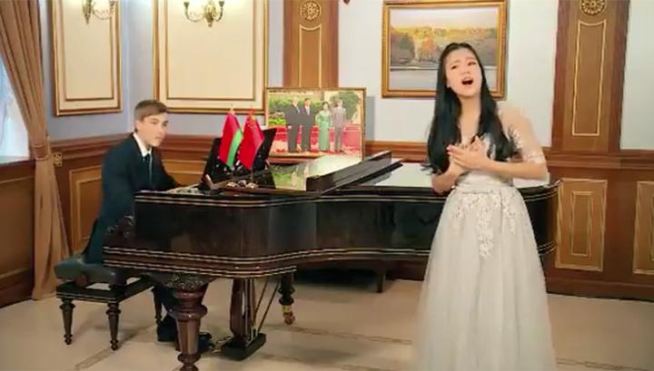 Сын президента Белоруссии поздравил китайцев с Новым годом, сыграв на рояле. Видео