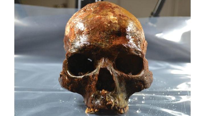 Девять из десяти черепов принадлежат взрослым, а один – младенцу.