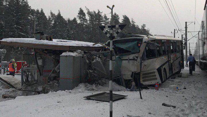 Следствие выясняет причины столкновения поезда и автобуса в Ленобласти