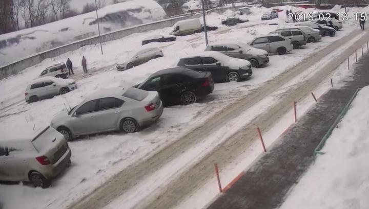 Обрушение ангара автостоянки в Балашихе попало на видео