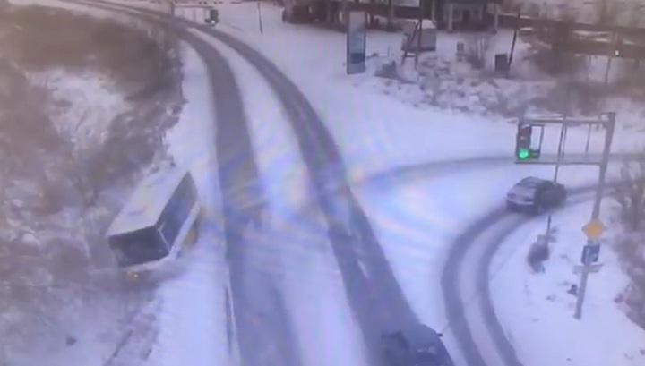 Автобус с пассажирами съехал в кювет и перевернулся в Казахстане