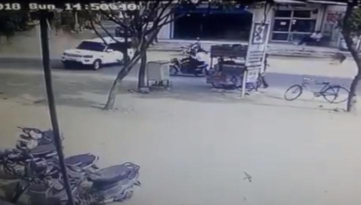 Смертельная авария: внедорожник столкнулся с мотоциклом и сшиб торговую палатку в Индии