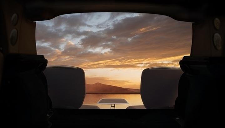 Первый внедорожник Rolls-Royce получит необычные выдвижные кресла в багажнике