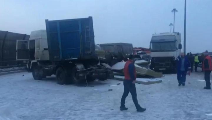 Последствия аварии с участием 12 машин в Петербурге сняли на видео
