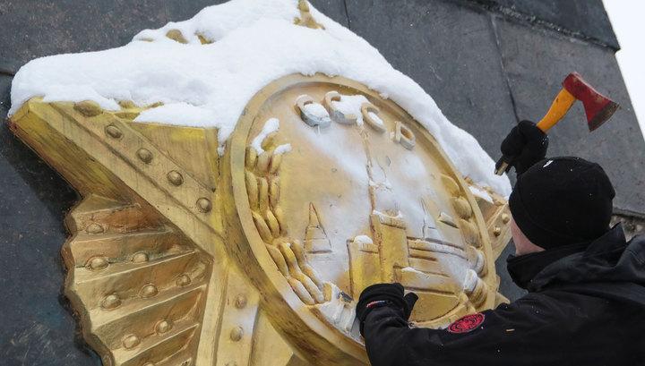 Стелу Монумента Славы во Львове снесли с третьей попытки