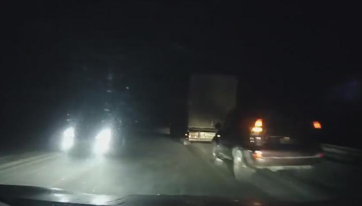 Водитель избежал столкновения с машинами, остановившимися на ночной трассе в ХМАО