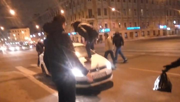 Группа молодых людей напала на таксиста и его автомобиль в центре Петербурга. Видео