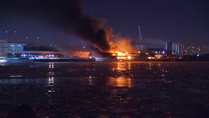 Пожар теплохода в Нагатине: тушить огонь мешает кабель под напряжением
