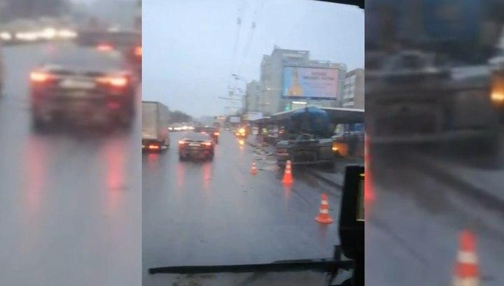 Фура въехала в подземный переход после ДТП на севере Москвы
