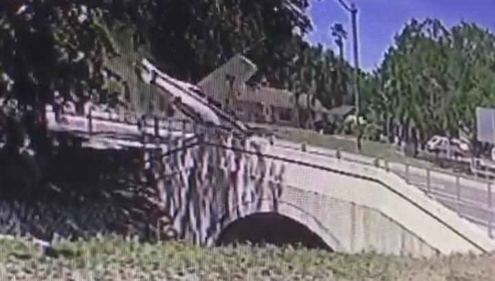 Легкомоторный самолет совершил жесткую посадку на городской улице во Флориде. Видео