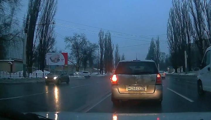 Воронежец протаранил три машины и дерево на угнанном кроссовере