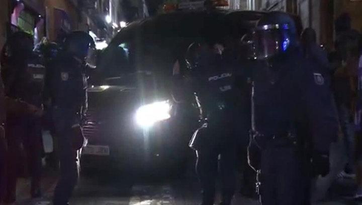 """Сотни мигрантов громят Мадрид в знак протеста против """"полицейских-убийц"""""""