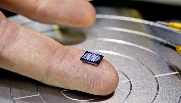 Крошечное устройство содержит более миллиона транзисторов.