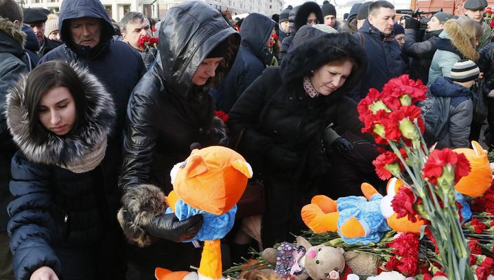 Сотни людей на Манежной площади скорбят о жертвах в Кемерове