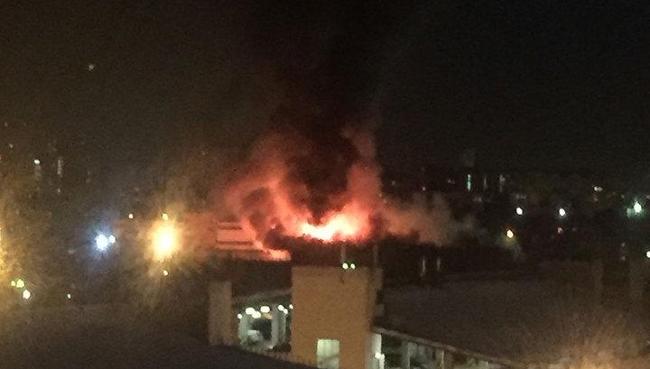 Ночной пожар в Москве: площадь обрушения горящего ангара растет