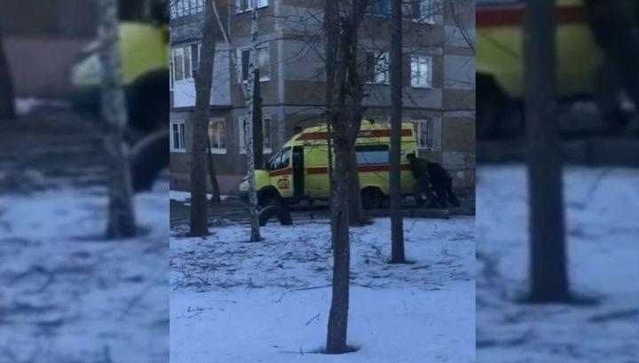 Спешивший к ребенку реанимобиль застрял в яме в Омске
