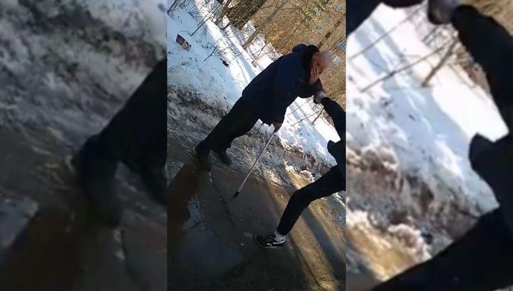 Кировские подростки под запись избили пожилого мужчину с тростью