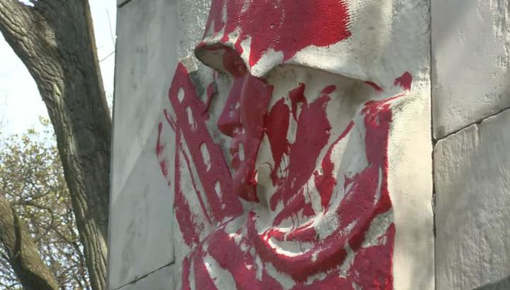В Варшаве памятник советским воинам осквернили на глазах полицейских