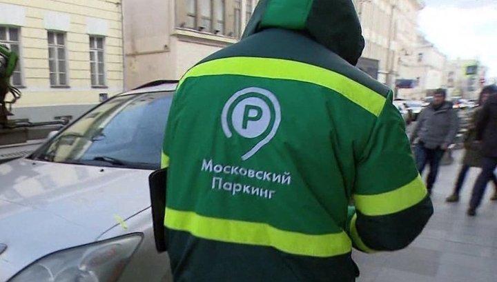 Воспитать рефлексы: москвичи расчищают тротуары от автохамов