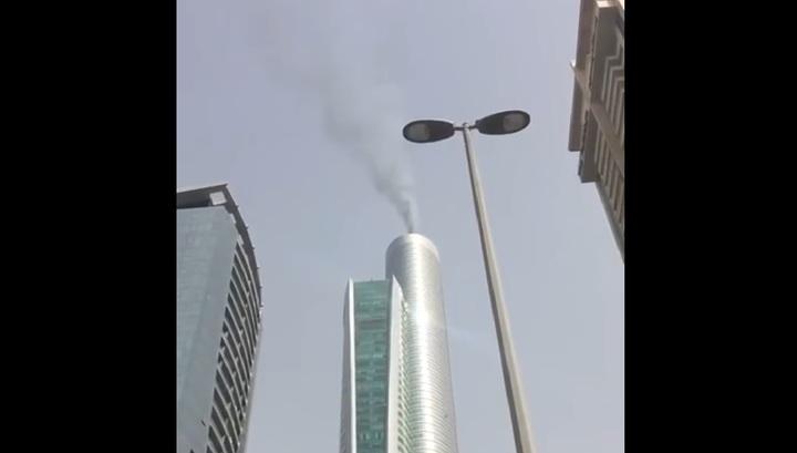 Очевидцы запечатлели на видео возгорание небоскреба в Дубае