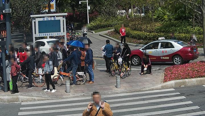 В Китае нарушающих ПДД пешеходов начали обливать водой