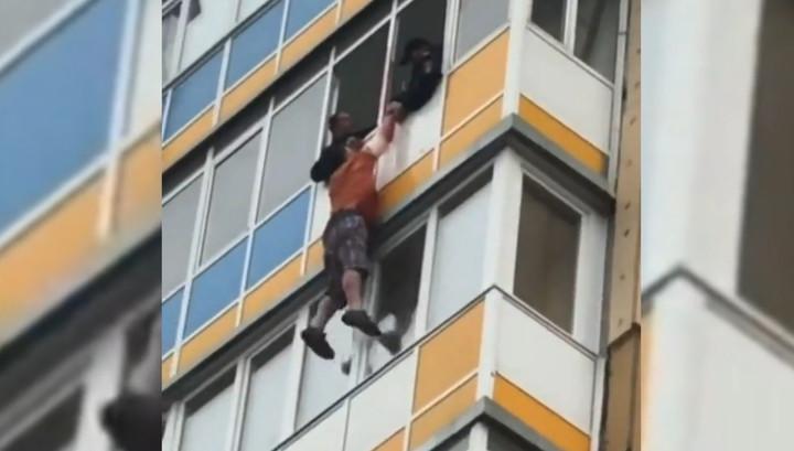 ผลการค้นหารูปภาพสำหรับ Красноярский дебошир вырвался из рук полицейских и упал с 10 этажа