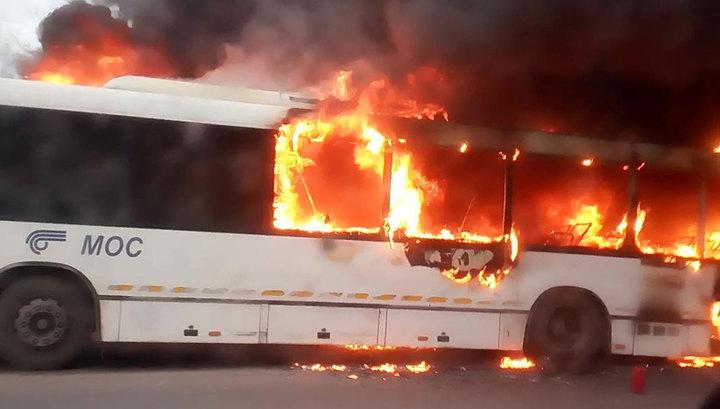В Балашихе дотла выгорел рейсовый автобус. Видео
