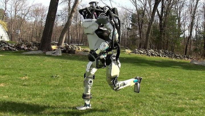 Больше достижений: робот Atlas бегает в парке, перепрыгивая препятствия
