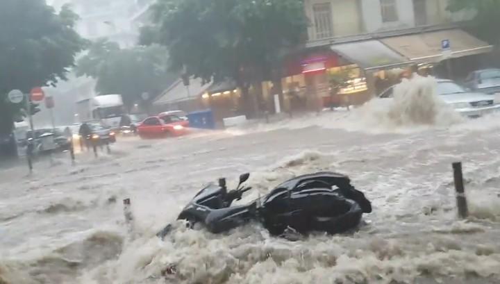 Из-за сильного шторма на севере Греции туристы несколько часов были заперты в Белой башне