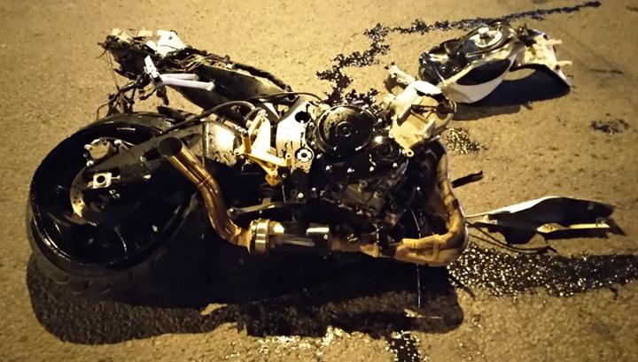 """Мотоцикл развалился на части после столкновения с черной """"Приорой"""""""