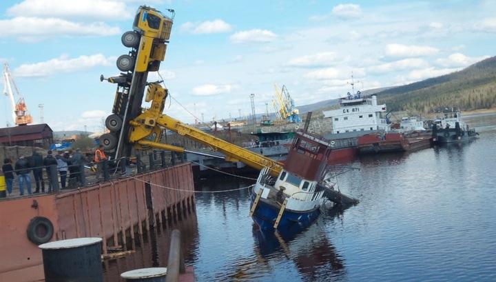 Кран рухнул на катер во время неудачного спуска на воду в Иркутской области. Видео