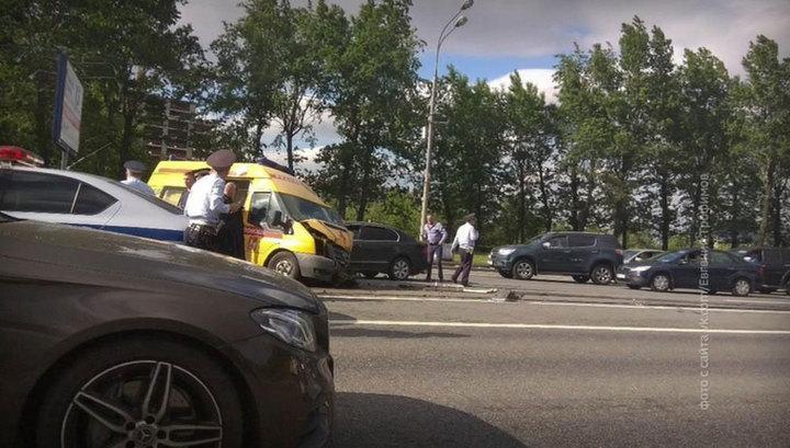 На Кутузовском проспекте столкнулись шесть машин и скорая