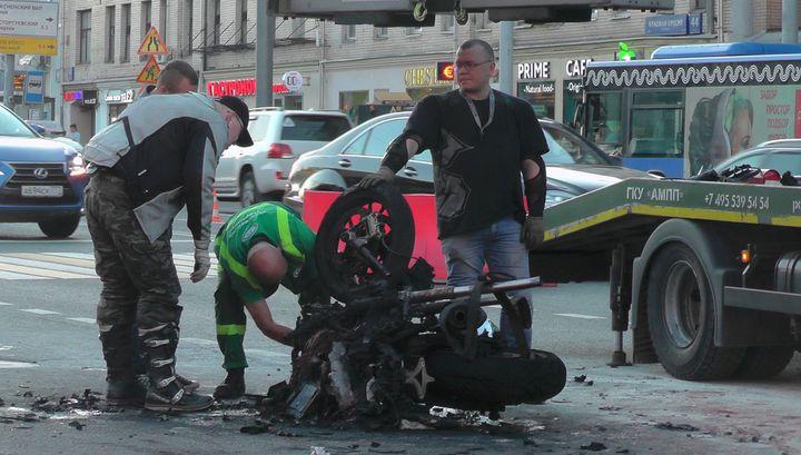 Байкер загорелся после столкновения с грузовиком в Москве