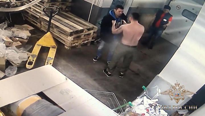 Избиение тележкой на Новом Арбате попало на видео