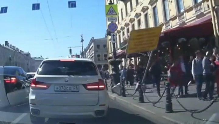 Информационный щит рухнул на девушку в центре Петербурга