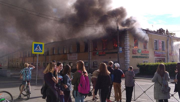 """Под Питером пожар поглотил 800 квадратов """"Меншиков Холла"""""""