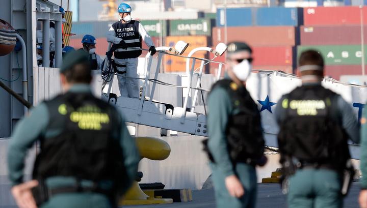 Судно с беженцами после недели скитаний причалило в Испании