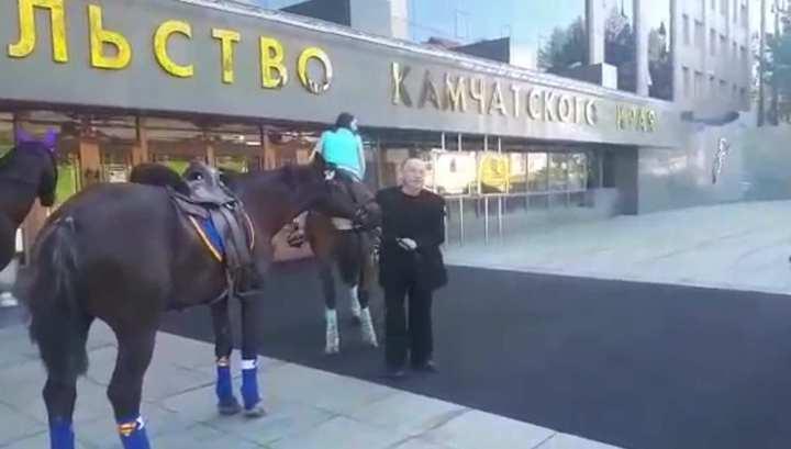 Камчатский депутат приехал на заседание верхом на коне
