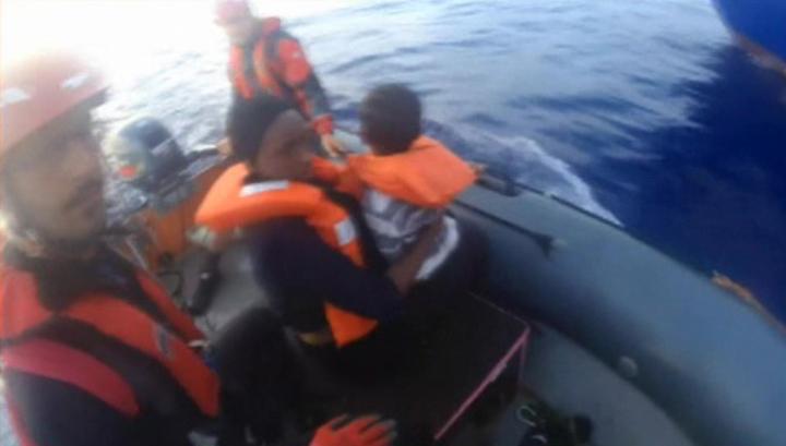 Власти Италии запретили спасателям помогать кораблям с беженцами