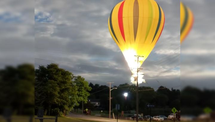 На мичиганском фестивале воздушных шаров аэростат налетел на высоковольтную линию. Видео