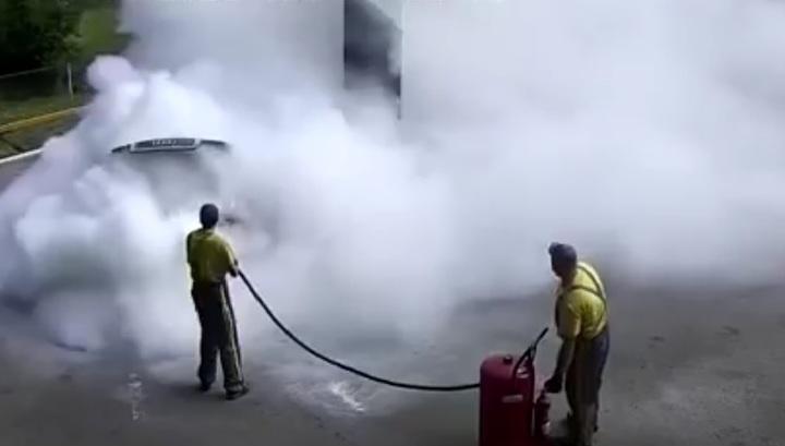 Сотрудники АЗС под Киевом оперативно справились с возгоранием топлива. Видео