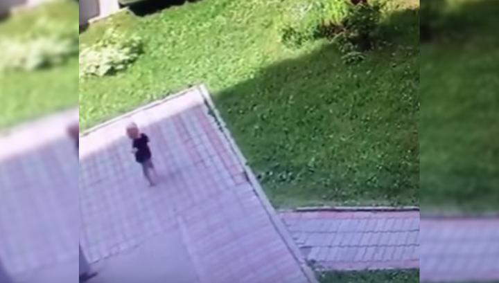Жители Новосибирска поймали улизнувшего из детского сада малыша