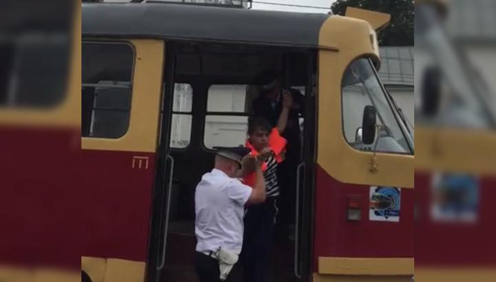 Пьяная вагоновожатая стукнула трамваем автомобиль и была задержана полицией